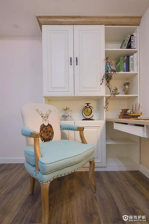 设计师细心地用同种元素把客房里的椅子和客厅里的抱枕结合起来;白色陈列柜上摆放着自然垂下的一枝装饰花,散发着丝丝香气。