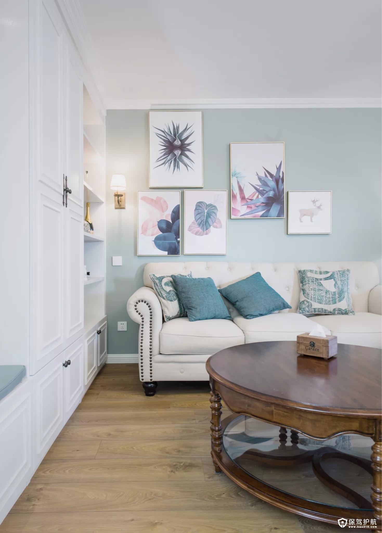 沙发墙在淡蓝色的空间基础,挂上几张清新文艺的装饰画,结合上舒适现代的美式布艺沙发,并在沙发墙角落装一盏壁灯,整个空间层次丰富、没感十足。