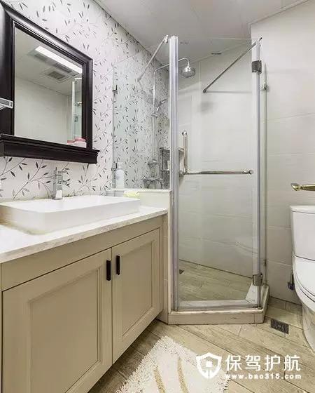 卫生间墙面贴上了植物的瓷砖,用玻璃砖隔墙做出来一个干湿分离