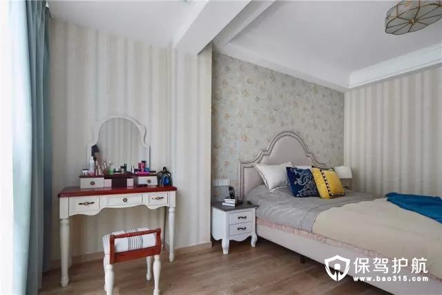 床头背景墙意外的墙面贴得是竖纹壁纸,让空间的层次感更加丰富。