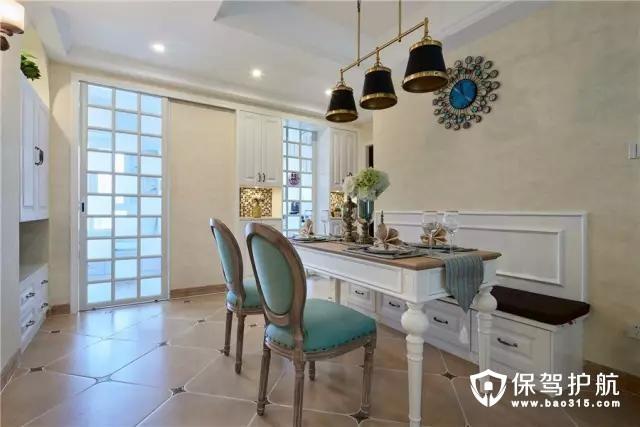 整个地面都采用复古砖铺贴,结合两张复古调的餐椅,整体显得充满了精致的艺术气息。