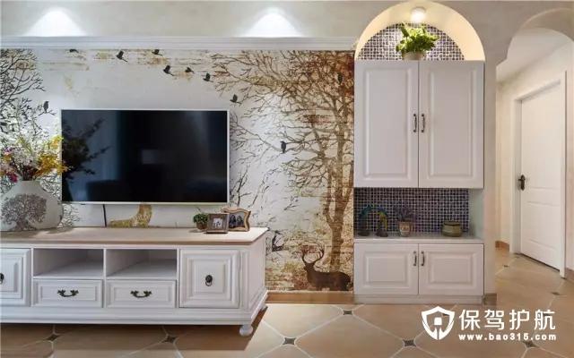 电视墙侧边也装了个拱形门洞壁龛,中间与底部也是展示柜,摆上绿植显得清新精致。