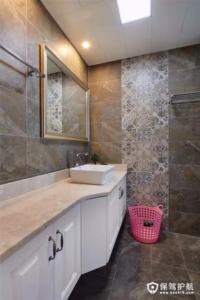 卫生间地面墙面以水泥质感的工业风砖,结合一排花砖,显得更是大胆年轻的复古风气息。