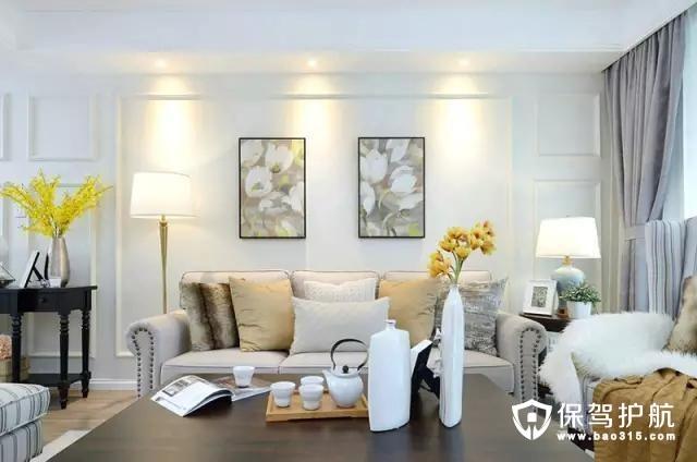 美式米色的沙发搭配原木的茶几,客厅主色调是米白色,加上壁画和摆件的元素,使整个空间看起来明亮又有活力