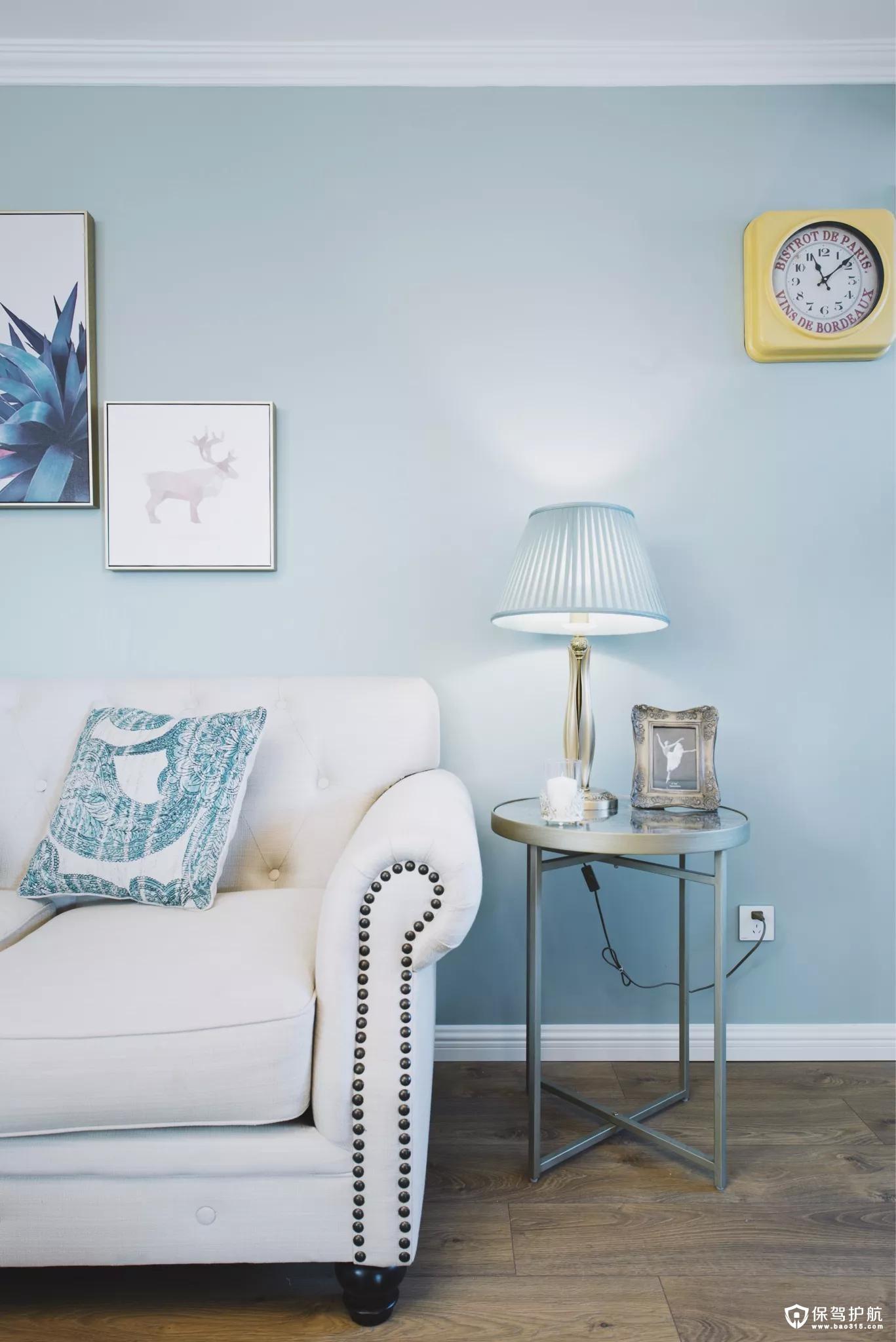 沙发墙的另一侧是一张小边几,然后上方再挂一个黄色的挂钟,让为空间引入了一点活泼的元素。