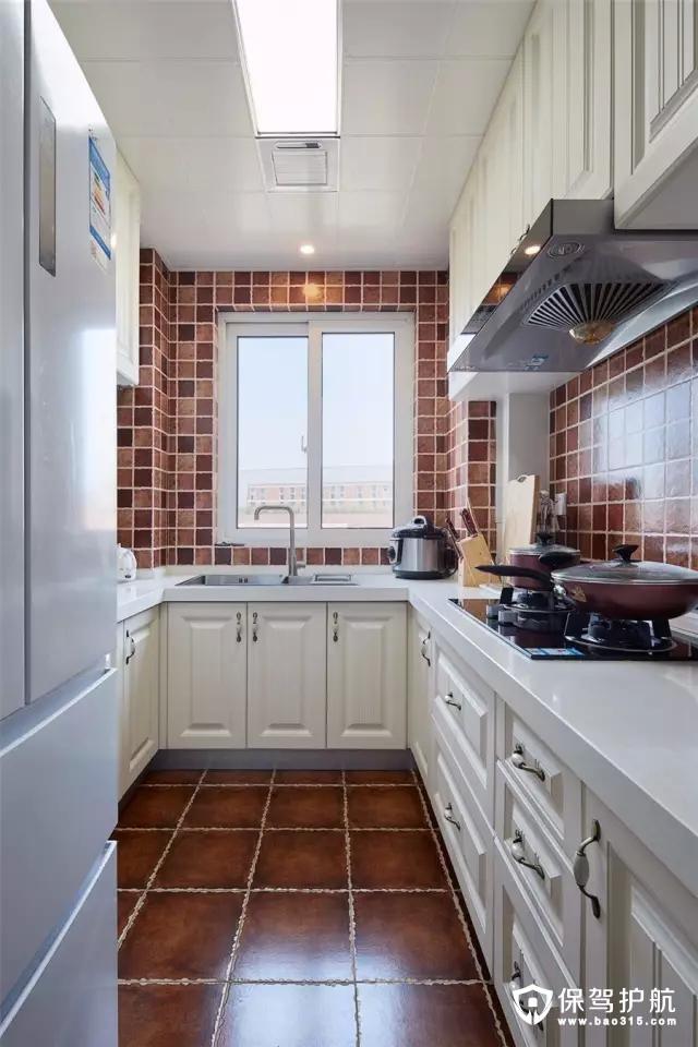 厨房U字形的布局,小巧而又实用的布局,在暖色墙面地砖的搭配下,呈现出一个惬意舒适的空间氛围。