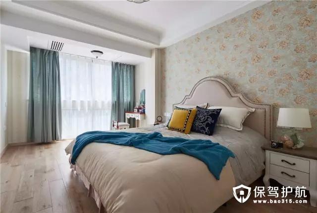 主卧把阳台打通,在靠窗位置摆上一张小化妆台;而在卧室背景墙位置则是贴上玫瑰花图案的壁纸,搭配上现代欧式的床,显得浪漫优雅又精致。