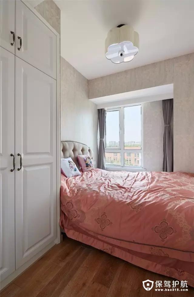 次卧的面积比较紧凑,在靠窗位置摆一张小床,同时衣柜嵌入到墙面与天花的梁巧妙地结合起来。