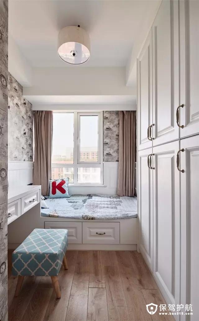 儿童房的墙面贴上黑白灰的复古质感壁纸,靠窗的榻榻米床,在床边的墙面还做了护墙板;在衣柜对面则装了一张书桌,方便孩子在家学习。