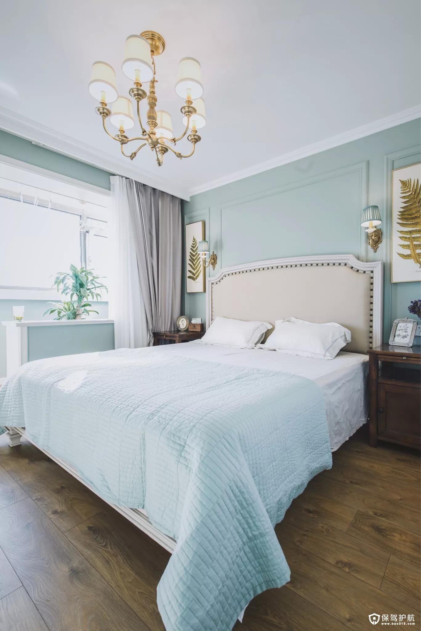 窗边的窗台上摆上清新的绿植,搭配上舒适优雅的床单,呈现出一个安静舒适的氛围。