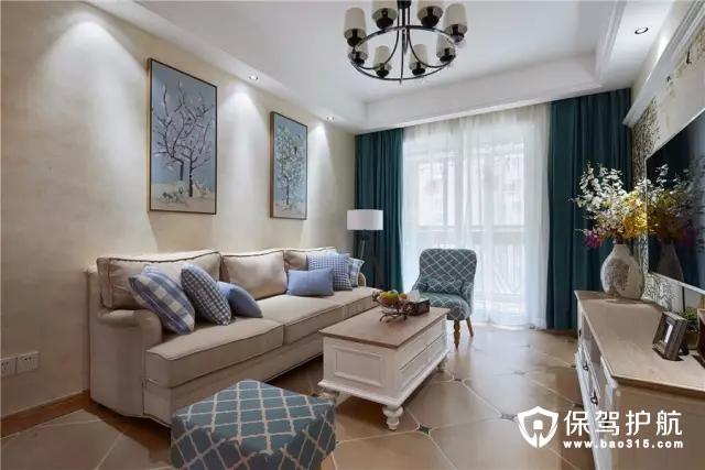 紧凑的客厅,以轻松惬意的格调搭配,3+1+1的沙发布局,主沙发两侧摆上小小的沙发,保持空间通透的基础下,让这个客厅透着一股舒适温馨的气息。