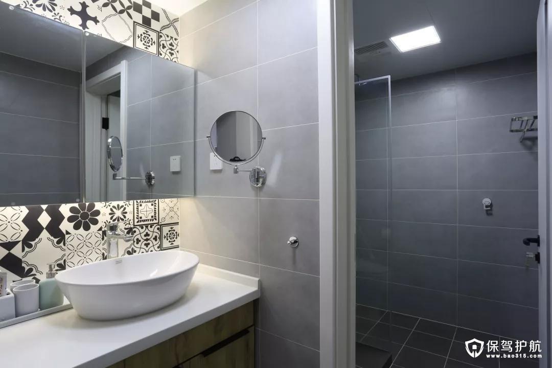 卫生间也打造成灰色调,有种年轻时尚的感觉。玻璃镜面上下方搭配了黑白花砖,显得特别有个性。