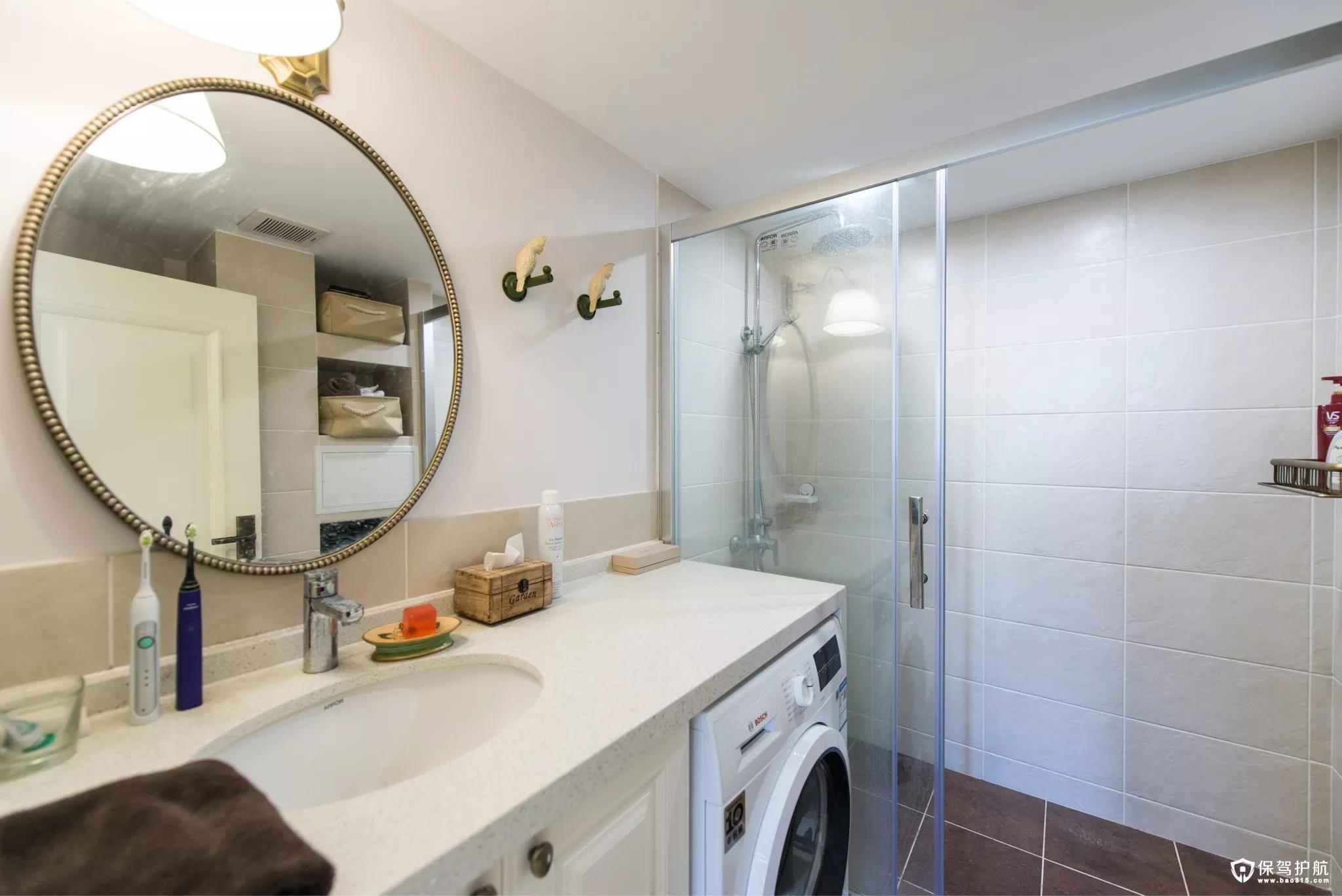 小小的卫生间的洗手盆纳入了收纳洗衣,明亮温馨的淋浴房结合圆形的镜子,显示出一种复古与时尚的高档。