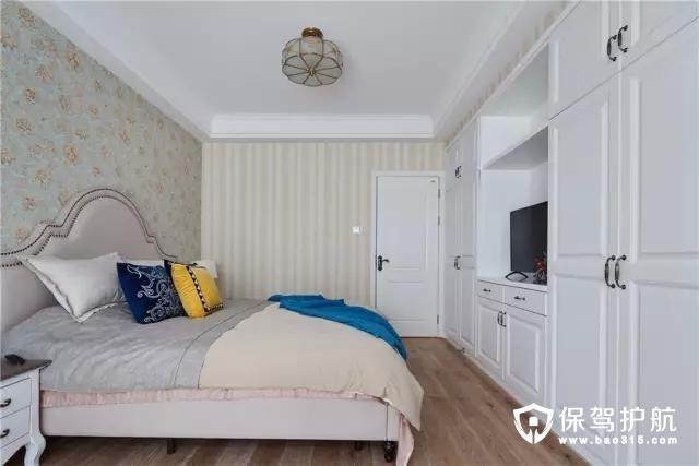床尾的大面积衣柜,提供了丰富的收纳储物空间。