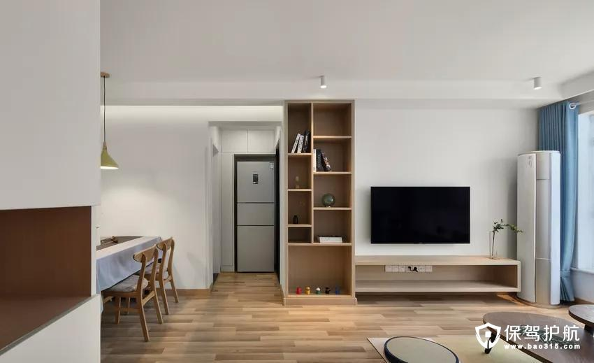 留白的电视背景墙,不做过多修饰,木作L型柜体,延伸出电视机地柜,简洁实用。