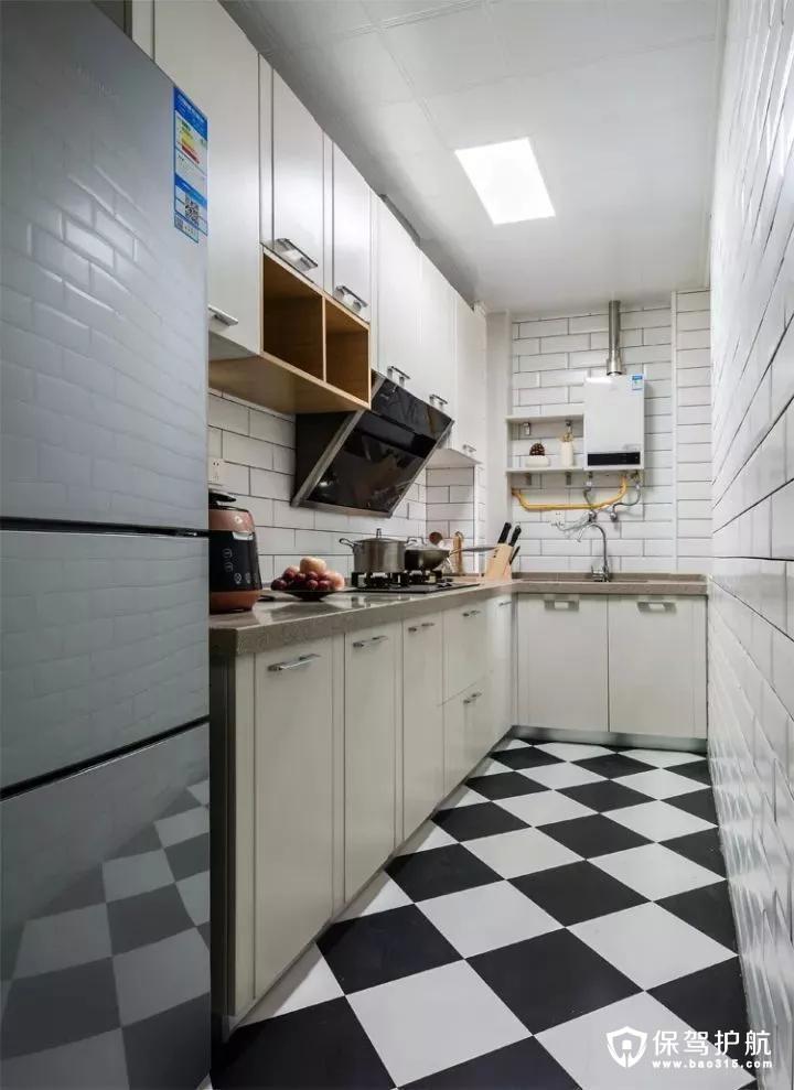 厨房的面积比较狭小,L字形的布局,黑白交替的地砖+白色小块墙面砖,搭配上白色的橱柜,整体给人以整洁美观的氛围感;