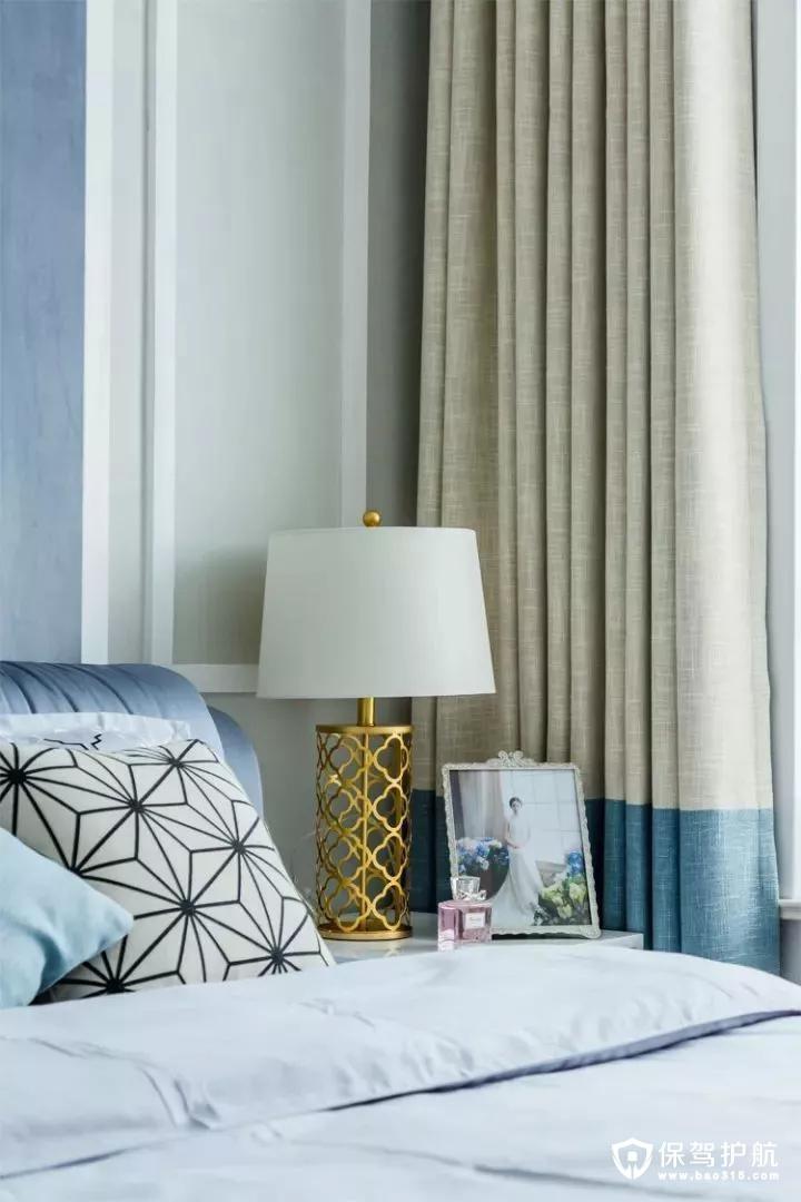 床头的金属架台灯,几何一张女主的照片,质感高档又接地气;