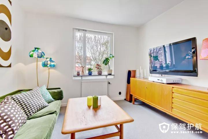 客厅整体硬装以简单实用为主,摆上一张木质感的茶几与电视柜,结合一套现代舒适的绿色布艺沙发,整个空间都显得格外的自然舒适而又大方。