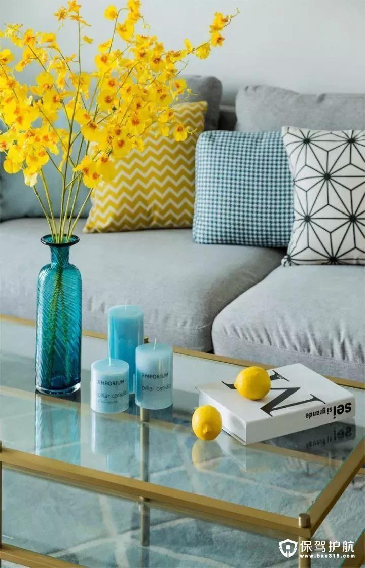 金属质感结合上温馨的插花,还有暖色清新的抱枕,让客厅显得满满的人文与温馨