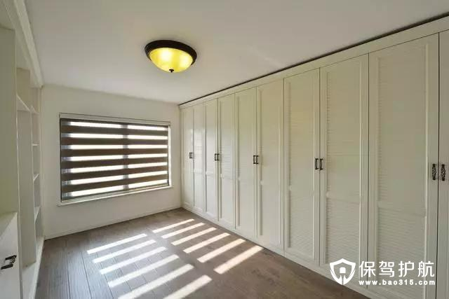 另一间卧室做了超大排的储物柜,收纳功用十足。