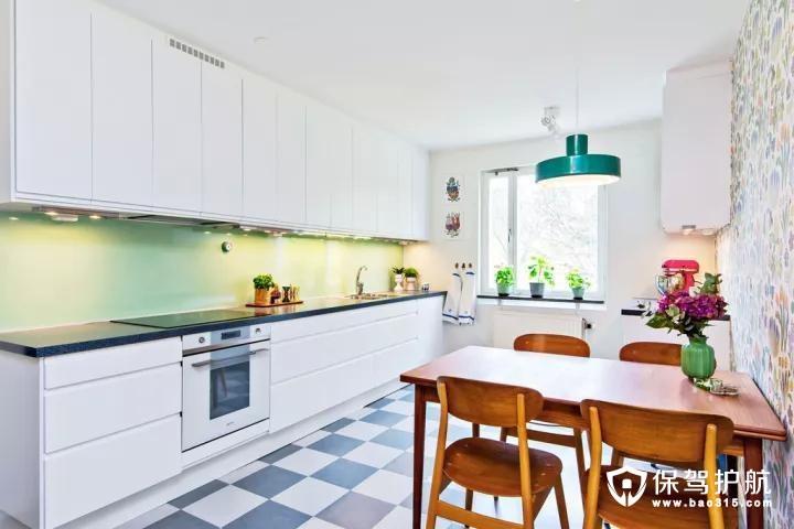 平时在家比较少做中餐,因此餐厅与厨房设在一个相对开放的空间内,黑白配的地砖,结合窗台上的绿植,在清新的壁纸搭配下,整个空间都充满了文艺精致的气息。