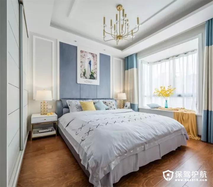 主卧的床头是边框造型,中间大面积的灰蓝色,再挂一幅婚纱照,结合现代舒适的淡蓝色床单,