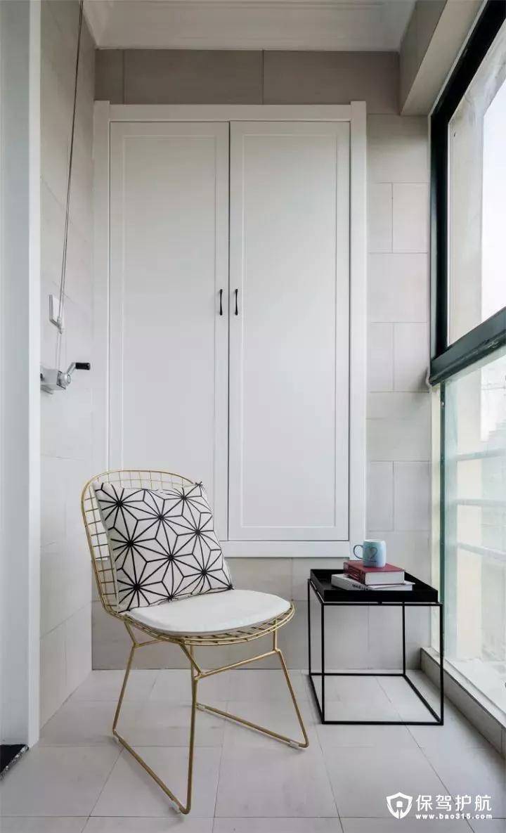 阳台也装了个入墙的壁柜,封闭式的阳台摆一张休闲金属椅,整体也是显得简洁又舒适美观