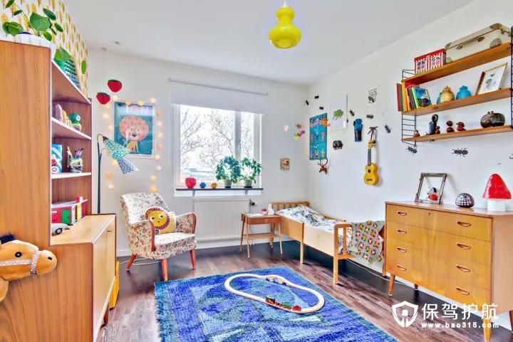 儿童房整个空间以暖木色为基础,通过加入很多可爱的小物品,增添空间的童趣气息。