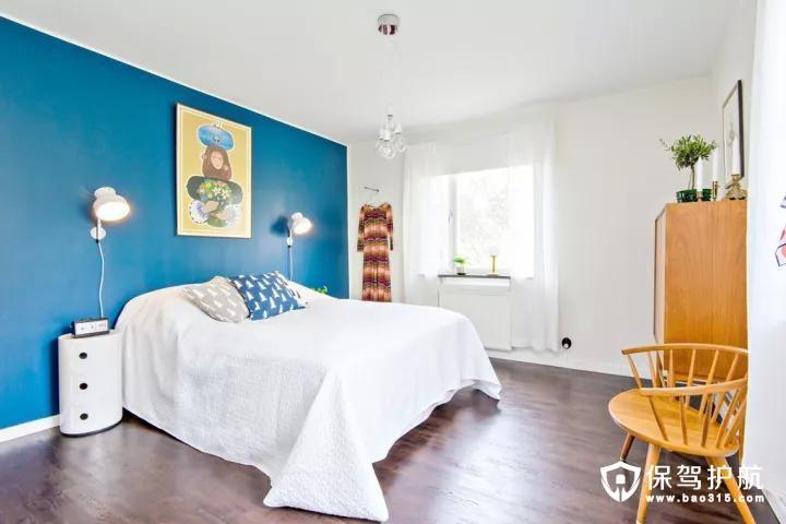 床尾一个斗柜与木质的小椅子,结合简单自然的空间,显得更加的自然舒适。