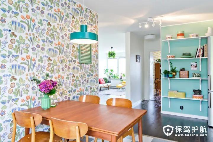 木质的餐桌椅,搭配旁边独特的植物图案壁纸,显得自然而又舒适;一旁的墙面以蓝色为基础,装上一个多层的搁架,摆上装饰品或绿植,让墙角都显得格外的精致清新。