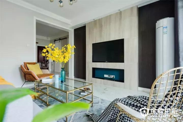 在木质电视墙上把电视机与电视柜都装成入墙式的,整体简单简洁又大方