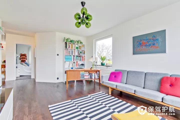 角落一个书架,还摆了一张休闲的沙发,一块斑马纹的地毯,让这个空间充满精致自然的氛围感。