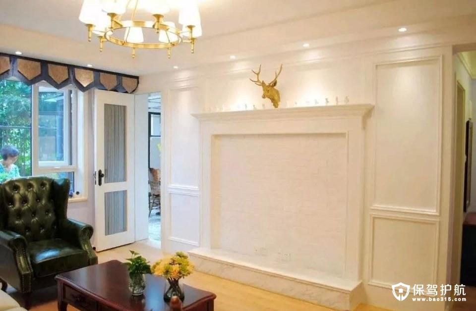 客厅电视墙装了一个壁炉造型,上方一个鹿头装饰结合灯光的辅助照明,整体搭配温馨而又精致;