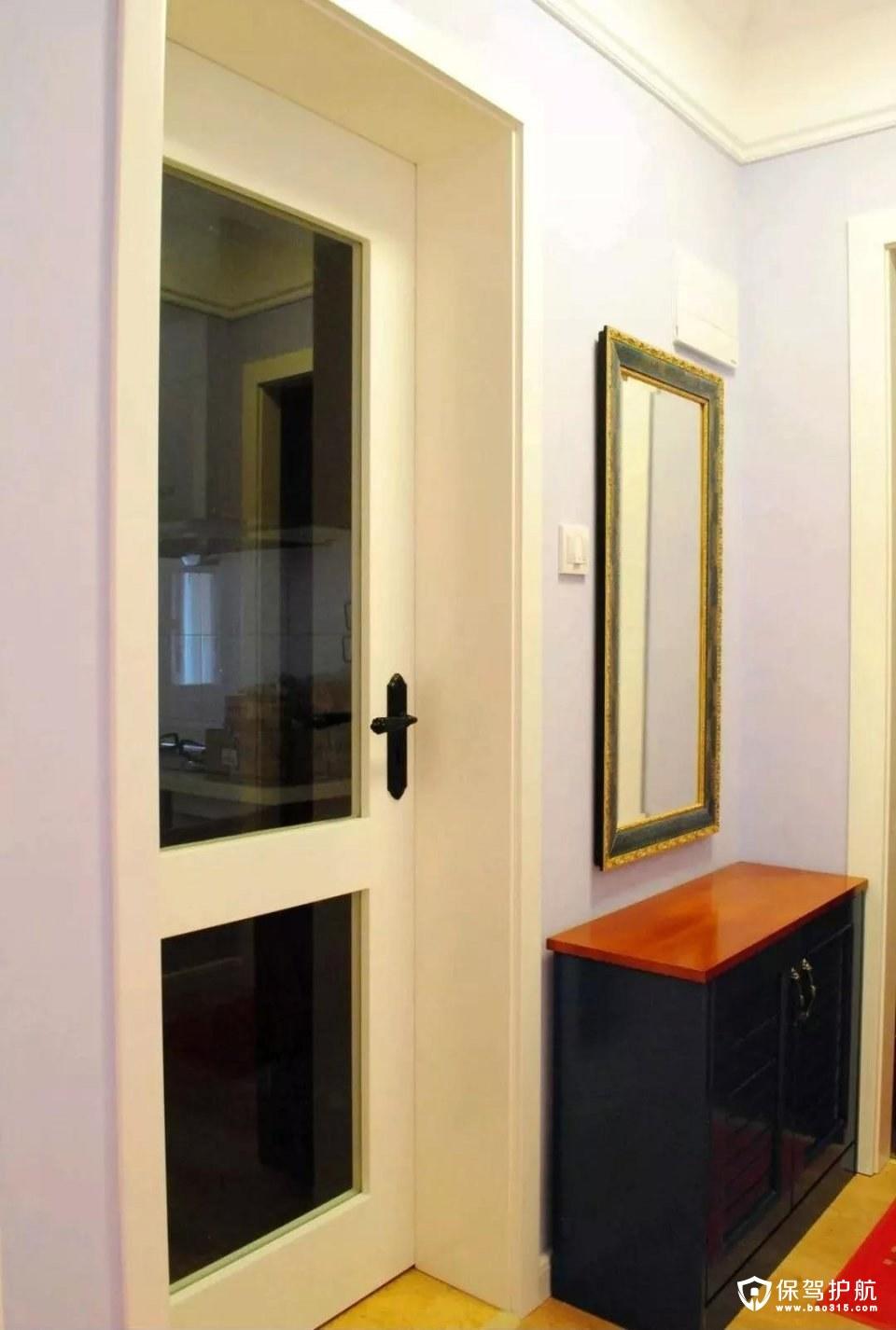 玄关门后面的这个空档位置,刚好摆了一张黑色的换鞋凳矮柜,后方挂一面复古调的镜子,整体空间搭配优雅而又高档;