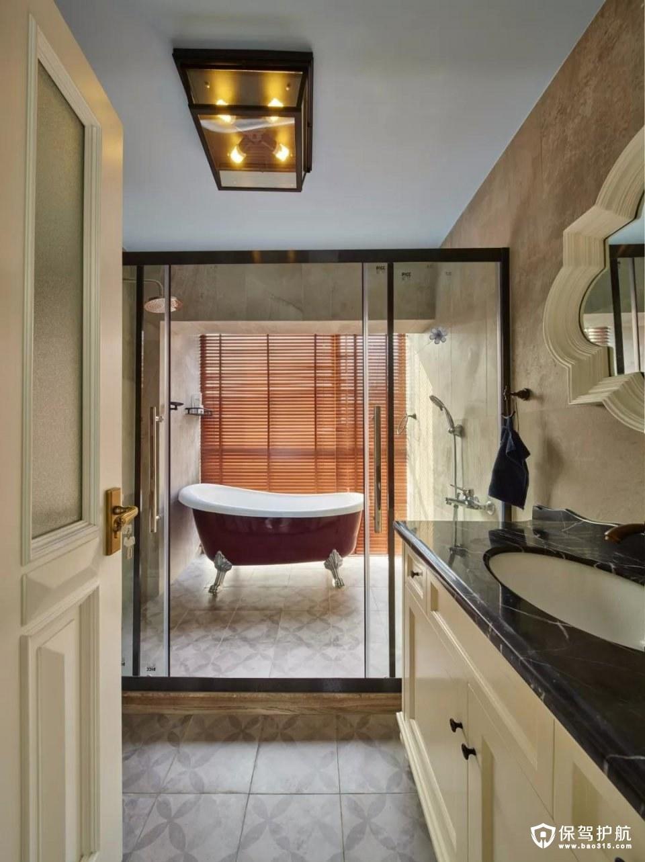 主卫里摆一个成品浴缸,以木色的百叶窗帘,让这个浴室显得格外的自然舒适;