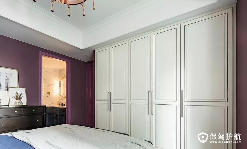由于整个房间的空间有限,屋主人也没有在主卧室看电视的需求,为了增加储物,卧室东面墙设计一整面衣柜,抛弃了常规的主卧室安装电机的做法。