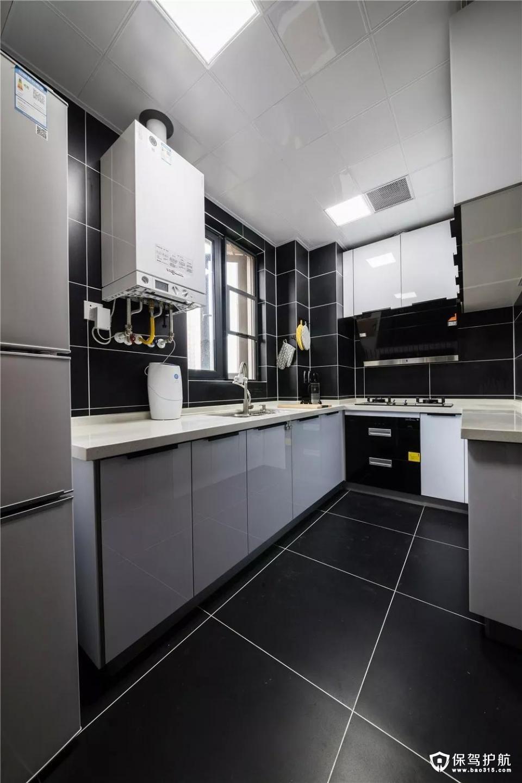 厨房选用深灰色的瓷砖和白色橱柜进行搭配,让空间层次更加的丰富。