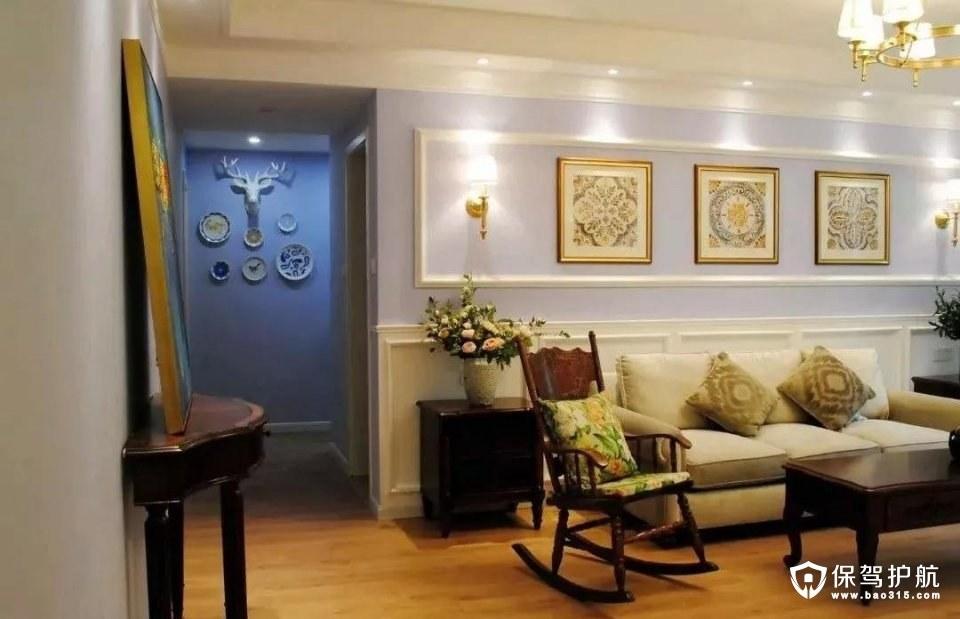 沙发墙后面的走廊,上面挂上鹿头与圆盘装饰,在淡淡的灯光衬托下,整体效果也是优雅而又大方;
