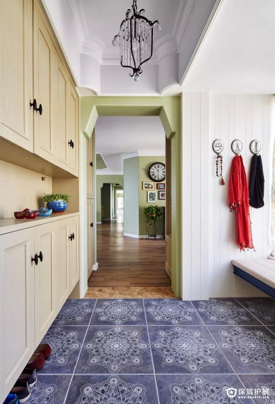 玄关设计了一个大鞋柜、挂衣钩等,满足了业主最基本的需求,地面铺贴花砖,很有异国风情;