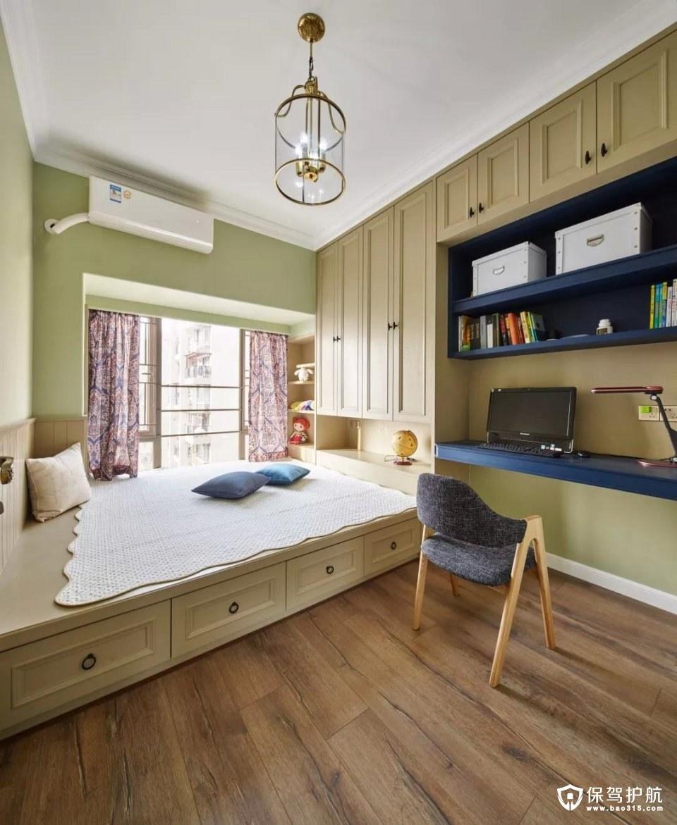 书房的书桌、书架与衣柜、榻榻米床组合一体设计,在木质感的地板衬托下,整个空间都显得实用而又大方;