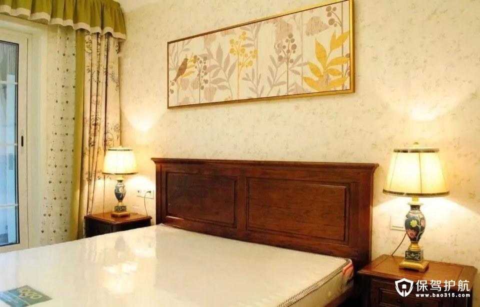 卧室背景墙贴上精致的壁纸,并挂上一幅活泼的花鸟装饰画,搭配上清新田园范的窗帘,整个空间都显得舒适而又情趣;