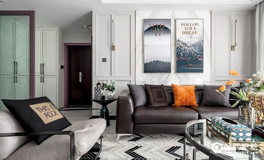 入户门厅以白色作为基调,紫色门套作为点缀,整体空间惊艳脱俗。鞋帽柜满足一家人回家时基本收纳需求,玻璃隔断巧妙的隔离外界的尘煞,主人回到家马上就能感受到的家的轻奢典雅。