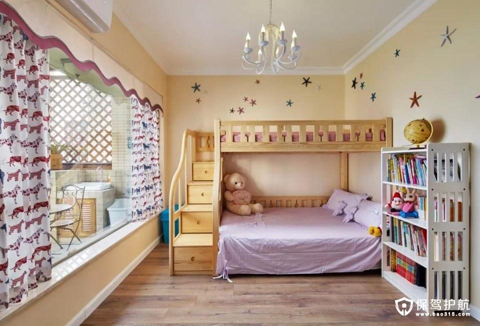儿童房装的是一个上下床,上上铺的小梯子还有收纳柜,整体木质的床,空间自然而又大方;而墙面上的五角星吊坠,结合可爱的窗帘,让这个空间充满童趣的气息;