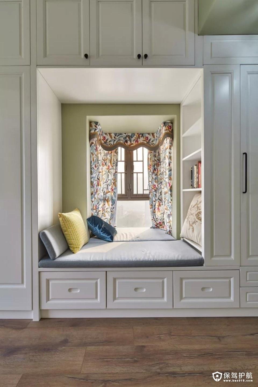 还有一个小窗户,衣柜中间留出位置装成一个小阅读空间,温馨而又惬意;