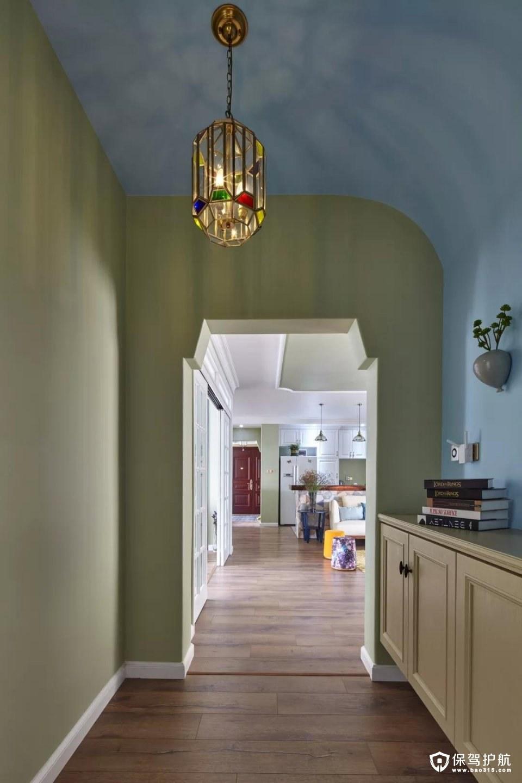 走廊侧边摆上一个柜子,柜面可以摆放一些书籍或绿植,而天花的这个彩色金属框架的吊灯,结合蓝色弧形的吊顶,整个空间都显得清新浪漫大方;