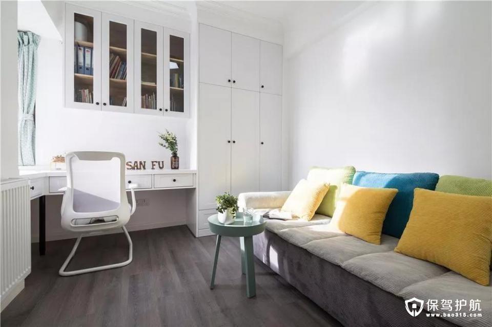 书房既有储藏的储物柜,也有办公阅读的书桌,还有临时休息的沙发床,充分利用这个房间的功能性。