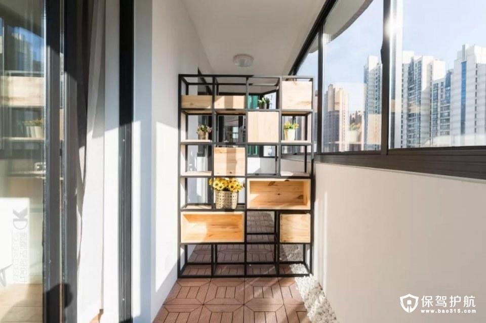 客厅和主卧的阳台本来是打通的,用铁艺置物架这么一隔开,还是蛮巧妙的呢。