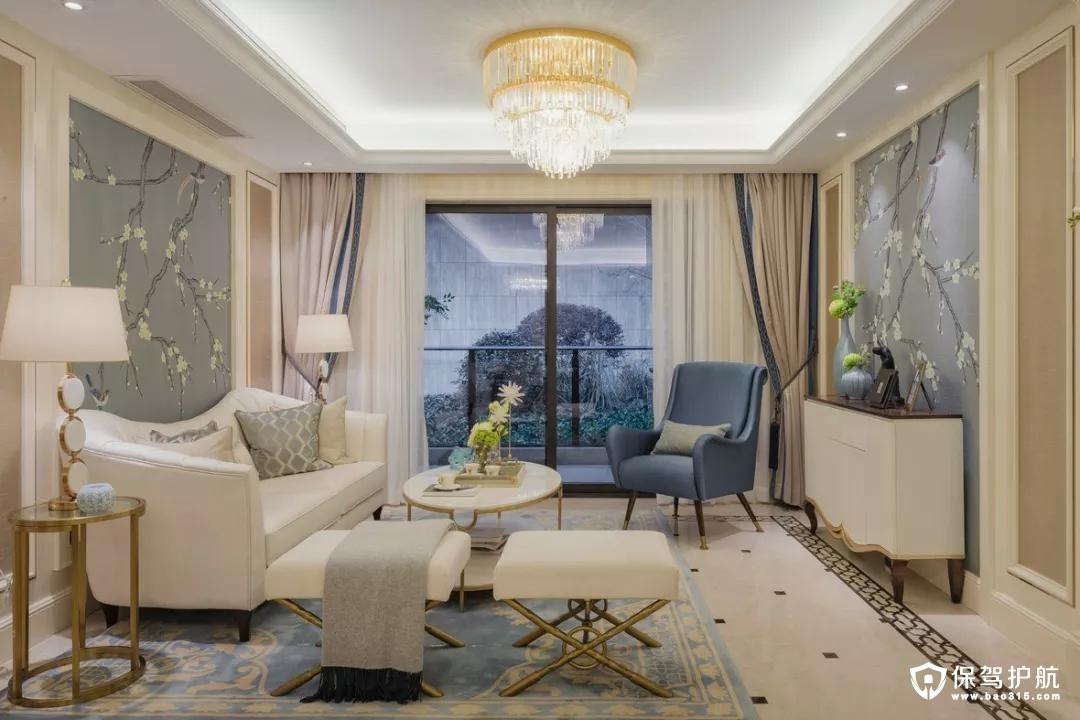 设计中搭配了很多现代经典家具和艺术品,家具和摆设的选择都是充分考虑了空间的整体性,色彩和软饰品丝毫不显得多余,在功能和使用上做到了极大的协调,让整个空间熠熠生辉。