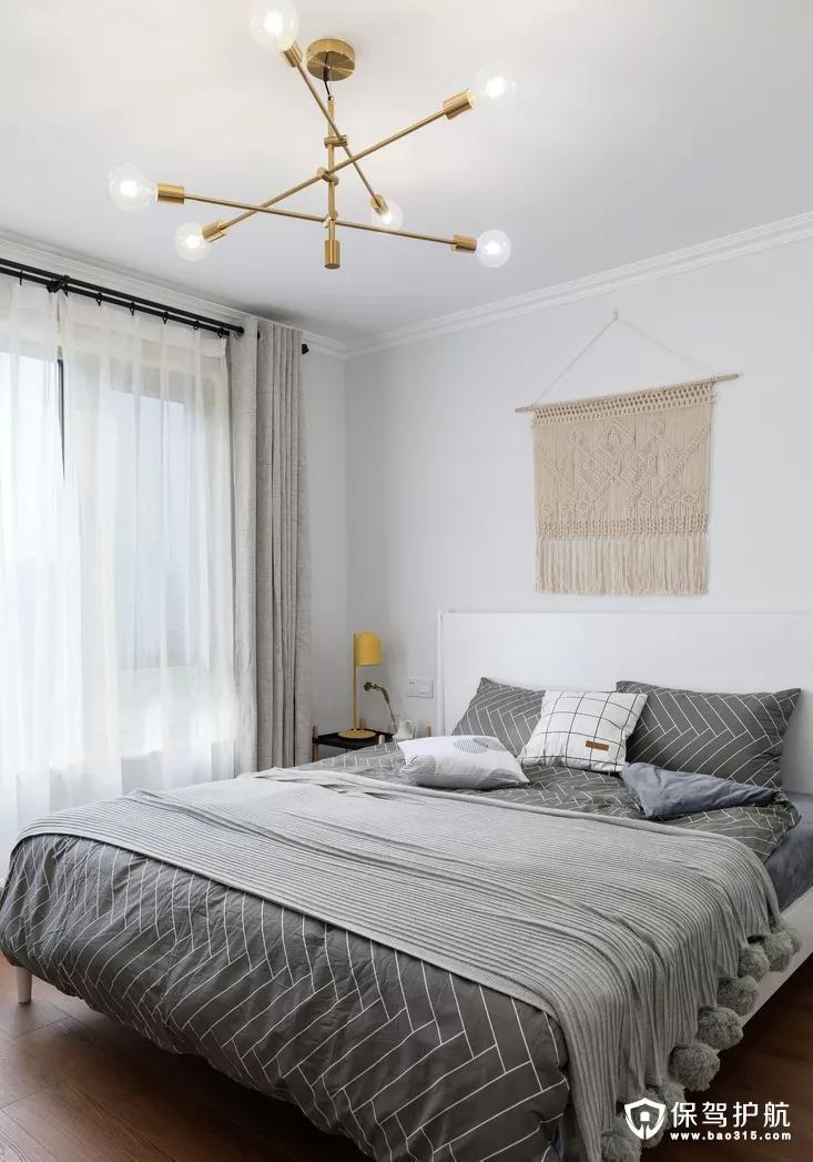 主卧沿袭了整体黑白灰的色调,通过不同的布艺材质来构建空间的层次,浅灰色丝绒窗帘优雅,白色纱帘轻盈,灰色床品稳重,不过毛球的毯子却带来了活泼的感觉。