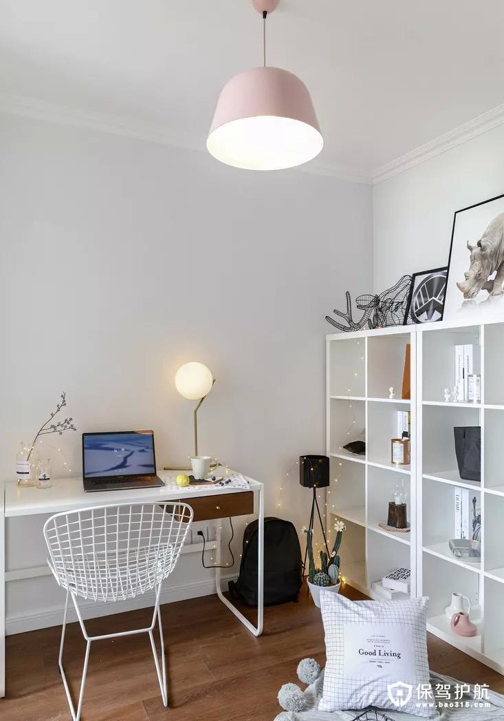 十分简洁的小书房,其实更像是工作间,氛围很是温馨浪漫。
